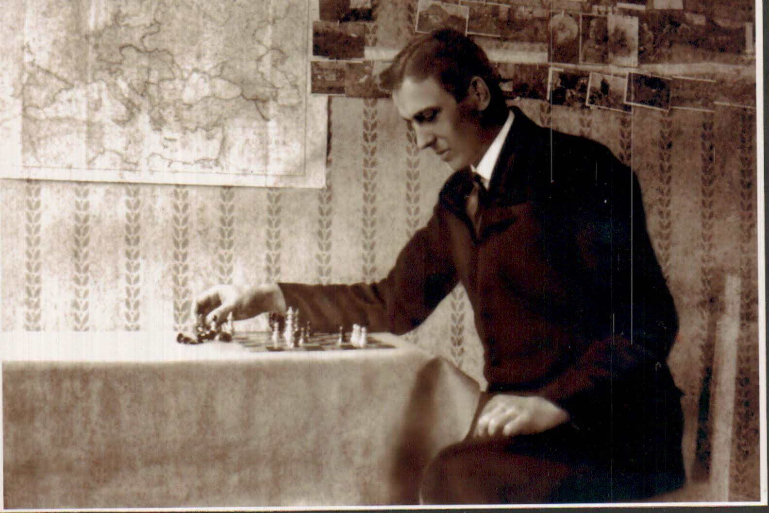 Józef Dominik przy szachownicy analizuje pozycję