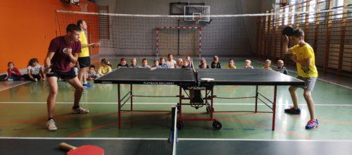 Setka uczestników na pokazowych zajęciach tenisa stołowego w Zakliczynie.